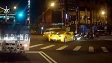 司机真的要哭了!出租车违规撞法拉利车头全毁