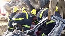 水泥罐车将汽车碾成铁饼 车内乘客幸运存活