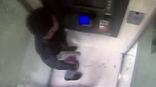 上海:输错密码卡被吞 男子怒砸提款机