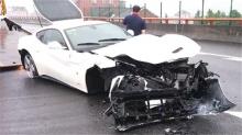 试车员雨天试车 法拉利弯道失控撞毁