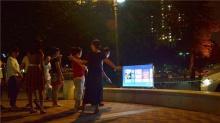 新潮大妈搬电视跳广场舞:宝马发电,无线上网