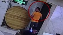 蟊贼网吧偷手机 监控全程记录