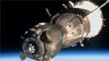 联盟号搭载三名宇航员 成功对接国际空间站