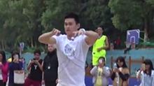 【偶像运动场】孙杨、华少校园打篮球 引迷妹尖叫