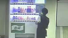 """这个小偷太猖狂 竟把饮料机当""""提款机"""""""