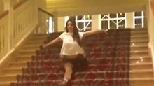 看着都疼!波兰体操运动员劈叉滑下楼梯