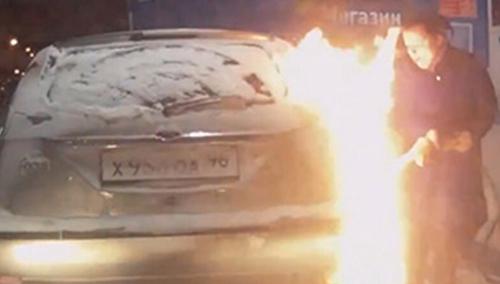 女司机加油使用打火机 瞬间引燃车身