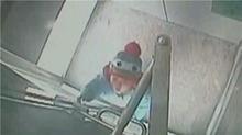 上海:2岁幼童反锁ATM机 妈妈报警半小时救出