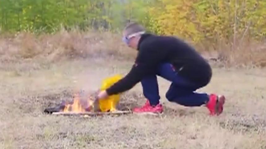 500个打火机扔火坑里 下一秒画面相当震撼