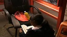 浙江嘉兴:12岁女孩电话亭当书房 借光写作业两年多