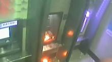 男子取完钱后火烧ATM机 真的无聊透顶
