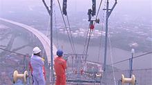 大岳高速洞庭湖大桥今天开架主缆 大桥主跨1480米 是国内最大跨径钢桁梁悬索桥