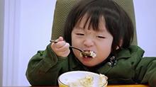 邹明轩和弟弟比试超大口吃饭