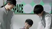 《我们的少年时代》片场花絮:王俊凯<B>王源</B>易烊千玺研究签名