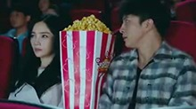 陶西约安谧看恐怖片 巨型爆米花成功抢镜