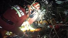 保靖:车辆坠崖 被困者获救