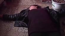 """河南:""""老赖""""撒泼躺地上 欠债不还被拘留"""