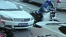 上海:轿车突开车门撞倒电动车 车主被撞倒后再遭碾压