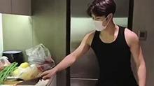 <B>王嘉</B><B>尔</B>为爸妈做饭超孝顺 切个菜都是破屏而来的男友力