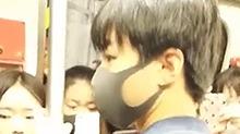 独自乘地铁的<B>王俊凯</B> 身旁的迷妹近距离拍照幸福脸
