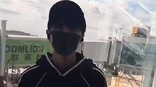 一身运动装扮登机的<B>王俊凯</B> 活捉一只安静的美男子