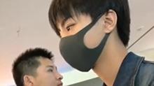 乖乖排队等车的<B>王俊凯</B> 澄澈的双眸分分钟被电晕
