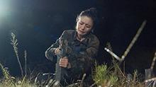 佟丽娅亲手竖下猎人墓碑 李锐雨中崩溃爆发