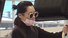 黑白控?<B>许晴</B>时尚黑白配现身香港机场 与友人有说有笑