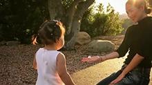 章子怡化身女儿奴跪地与其玩耍 满脸幸福模样画面超温馨
