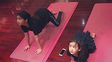 萌翻了!<B>黄磊</B>晒俩女儿练瑜伽的照片 多多与多妹动作一模一样