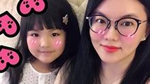 复制粘贴!<B>李湘</B>与女儿甜笑自拍 表情一模一样神似姐妹