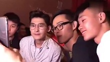 """《战狼2》张翰和粉丝合照 <B>吴京</B>来了句""""不要摸脖子,不要搂腰"""""""