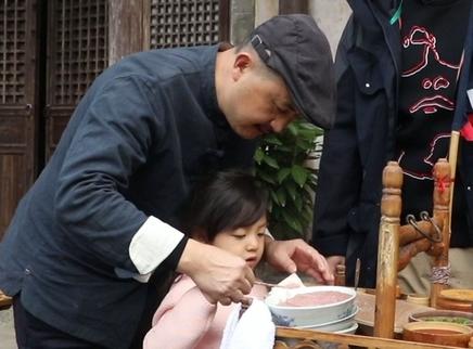 """刘畊宏带娃记第12期:小泡芙化身""""馄饨西施"""" 众萌娃""""斥巨资""""买烤饼"""
