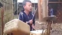 男孩用油桶打架子鼓超好听