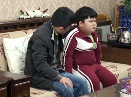 胖娃瘦身引发的家庭拉锯战