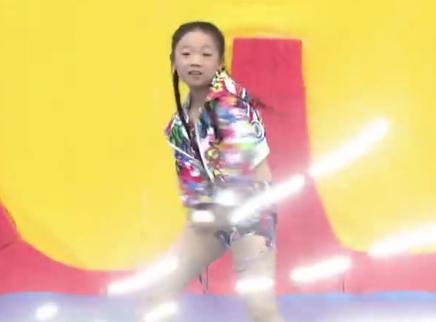 酷女孩尽展舞台魅力!舞蹈范儿十足