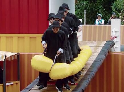 恐龙队携道具上桥秒落水