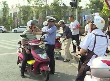 """长沙交警""""戴帽工程""""保障骑行安全"""