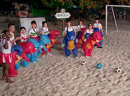 王俊凯杨紫踢足球