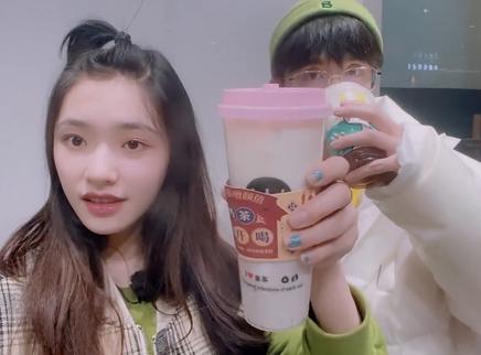 06期:林允张新成喝奶茶打卡