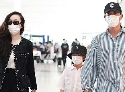 杜江霍思燕带娃赶飞机