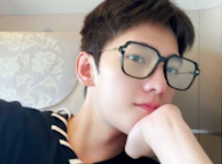 杨洋戴黑框眼镜晒素颜自拍照